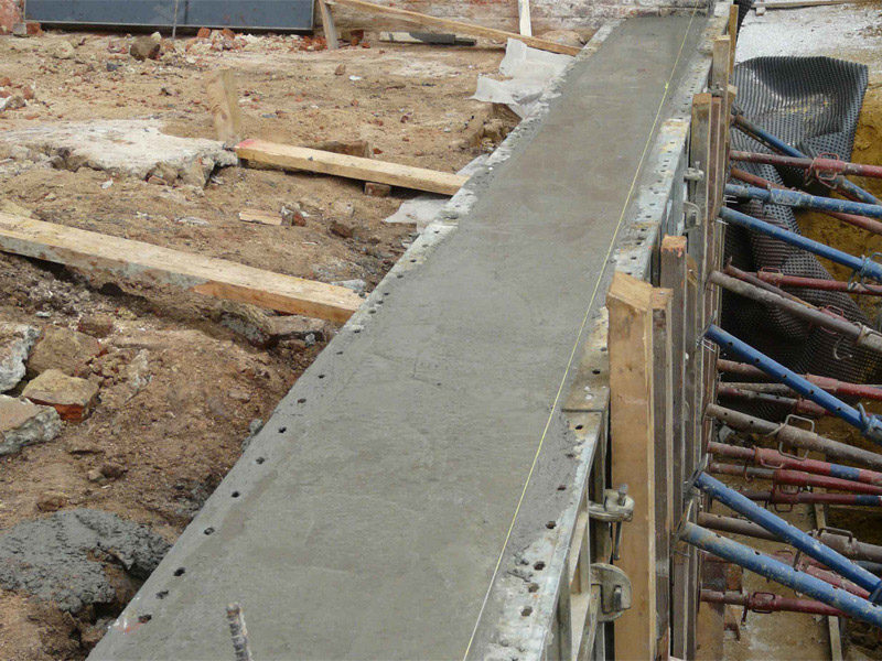 Заливка бетоном ленточного фундамента