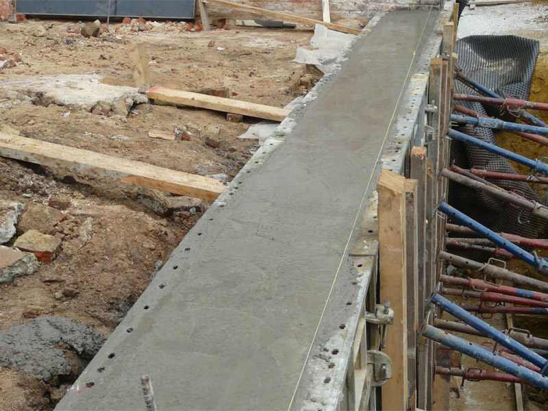 Заливка бетоном ленточного фундамента при строительстве дома