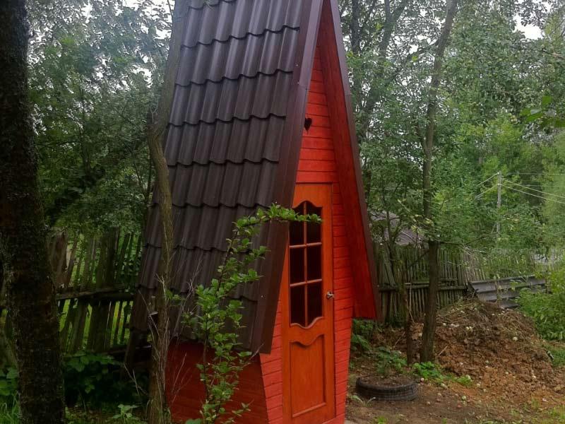 Туалет в загородном доме типа теремок и возможность оформления