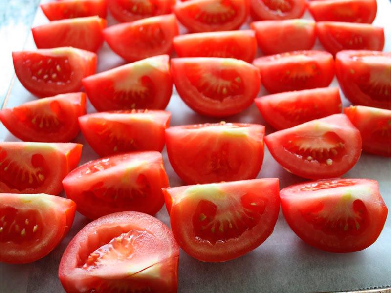 Плотные помидоры небольших размеров моем и разрезаем