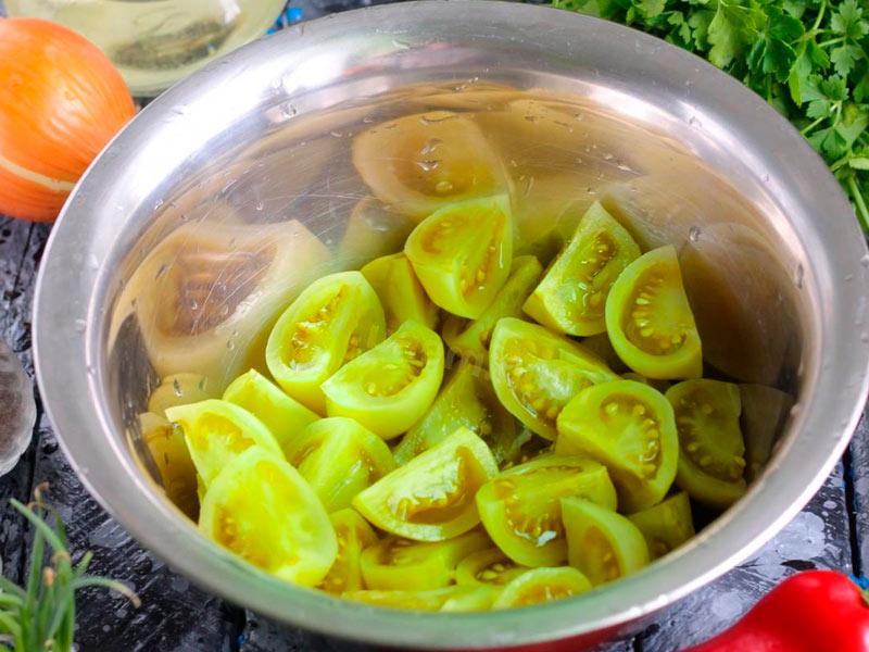 помидоры режут крупными кусками